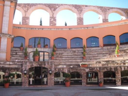 ===Un hotel con sangre taurina=== Zacatecasquintarealandaqueduct1
