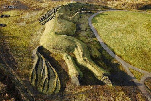 Masiva escultura de caballo hecho a partir de la tierra en Gales (2)