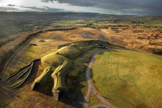 Masiva escultura de caballo hecho a partir de la tierra en Gales (6)